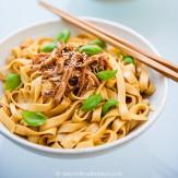 Scharfe Sichuan Nudeln mit Hühnchen