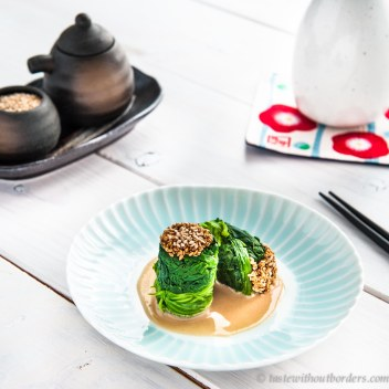 Spinattürmchen mit Sesam-Dressing
